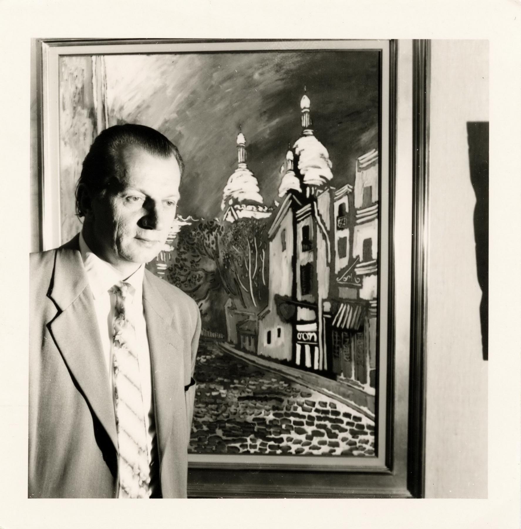 """Vytautas Kasiulis prie paveikslo """"Gatvelė Monmartre Paryžiuje"""""""