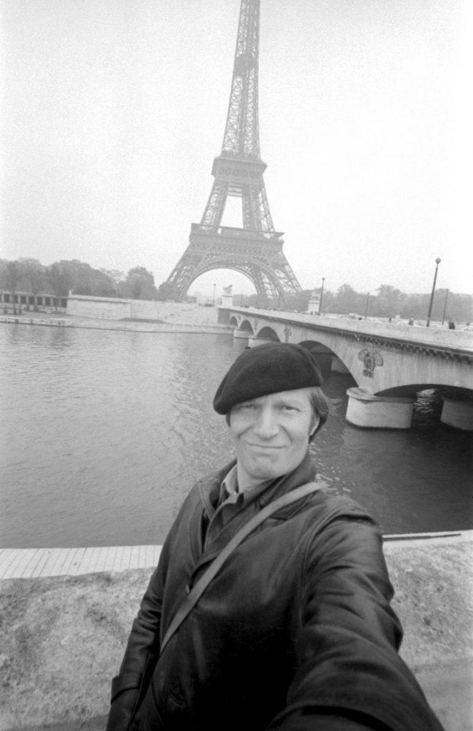 Juozas Budraitis. Eifelio bokšto fone, šalia Jenos tilto. Paryžius, 1979