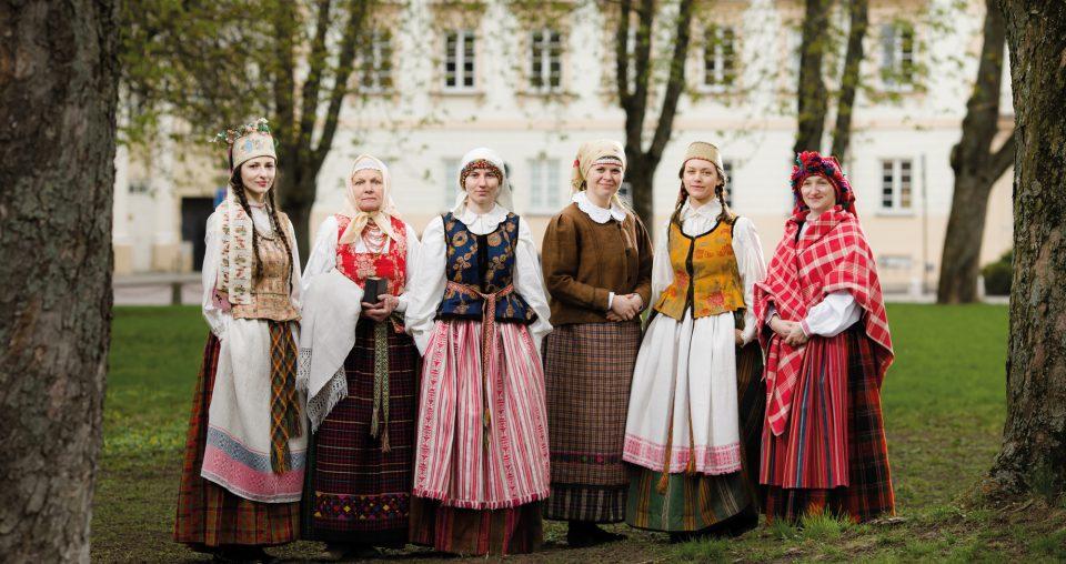 """<span class=""""slider-name""""><a href=""""http://www.ldm.lt/lietuviu-tradiciniai-ir-tautiniai-drabuziai-tekstile-grafika-tapyba/"""">Paroda """"Lietuvių tradiciniai ir tautiniai drabužiai: tekstilė, grafika, tapyba""""</a></span><span class=""""sldier-meta"""">2017 m. gegužės 11–lapkričio 5 d.</span>"""
